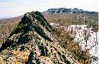 Вид на гребень Караташа с безымяного останца, находящегося севернее вершины