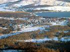 Вид на озеро Банное. Внизу пос. Зелёная Долина, за озером - склоны горы Кутукай, под ними пос. Кусимовский Рудник. (фото Н. Арзамасцева)
