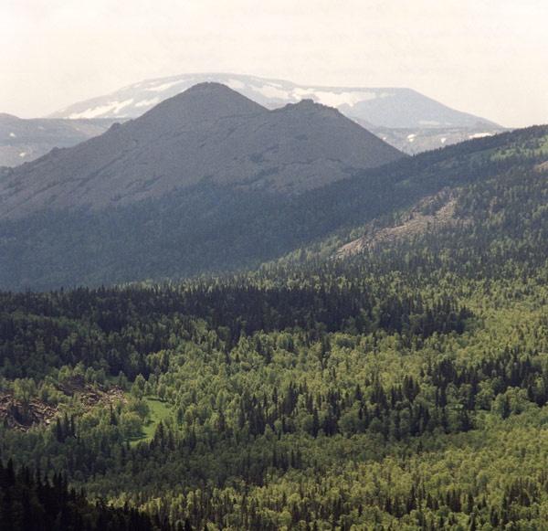 г. Колокольня (1354, Кумардак) с вершины Медвежья (1261, на картах Машак)