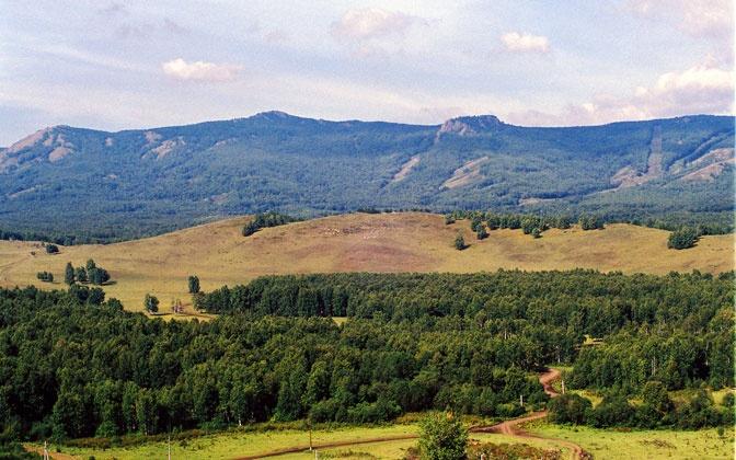 Вид на горы Бабай и Хандык с высотки 561м. Перед ними гора Крокодил.