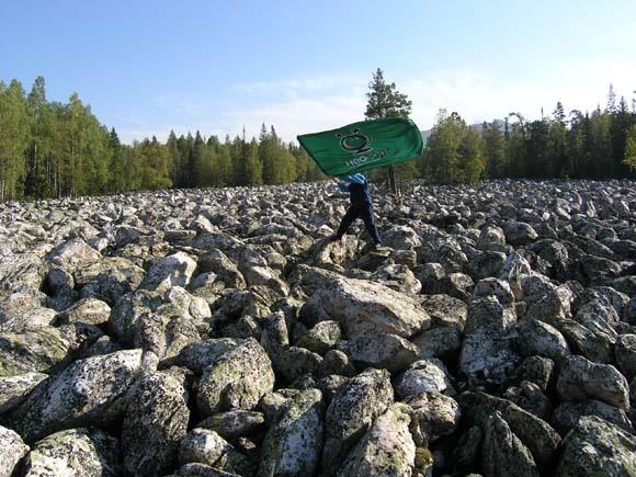 Знамя над камнями.