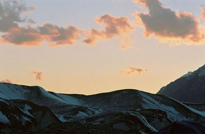 Закат над ледником Юж. Иныльчек.  В базовом лагере.