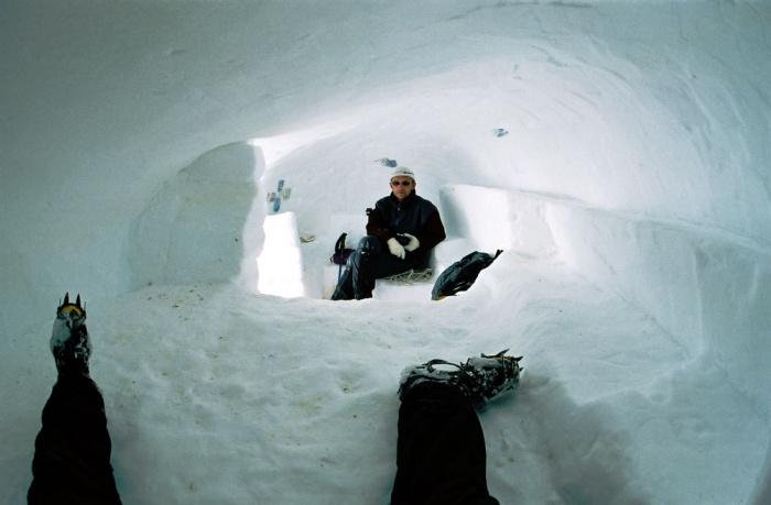 """Внутренний """"интерьер"""" снежной пещеры в 3-ем промежуточном лагере на 5800."""