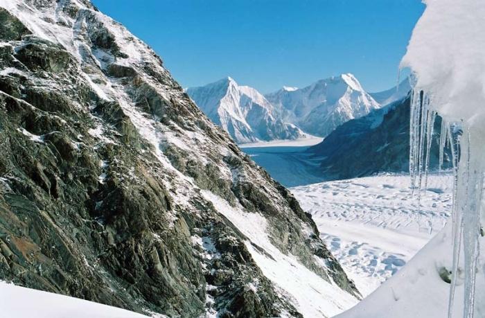 В сераках ледопада. Вид на ледник Звёздочка.