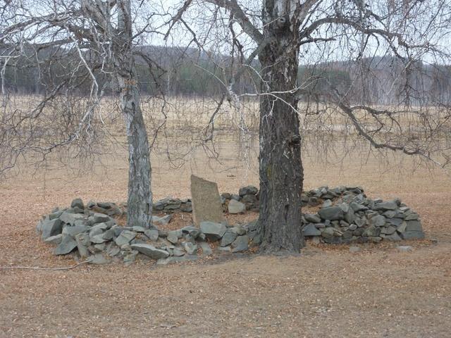 Памятник рядом с озером
