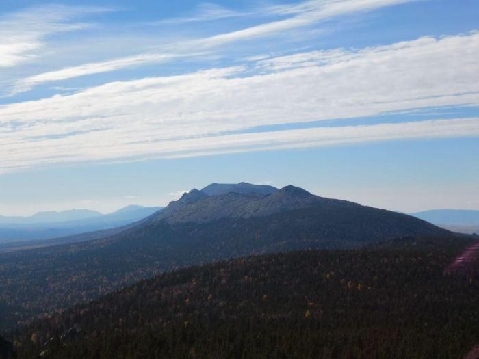 Вид на  горы Шеломы на хребте Зигальга, хребет Нары.
