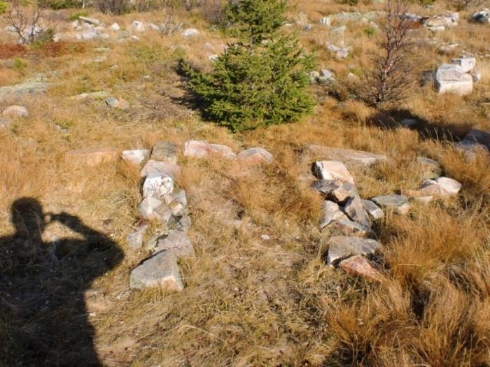 Буквы, выложенные камнями