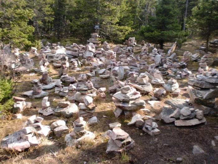 Каменные пирамидки в Долине Сказок