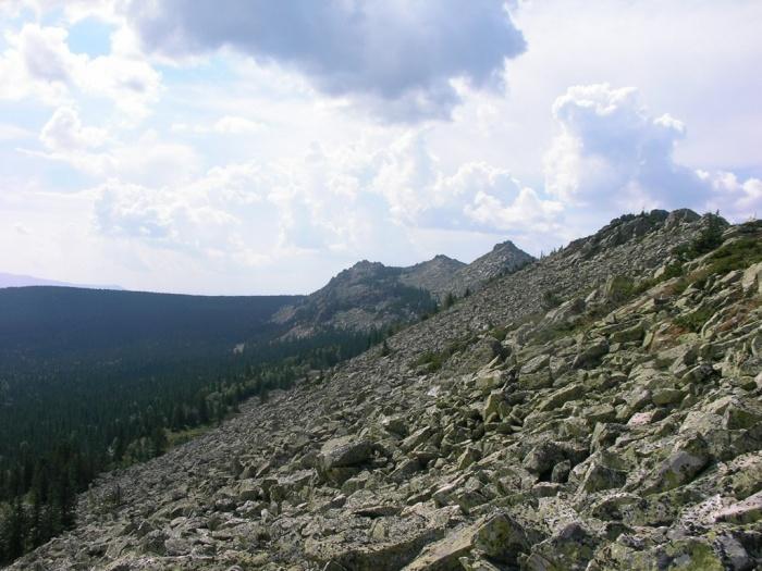 Вид каскада Нургуш-4 (1197м-1267м-1196м) на юг вдоль склона