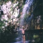 Душ под одним из каскадов водопада Куперля