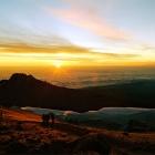 Восход на гребне кратера Кибо.