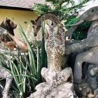 Скульптурная группа. По-видимому, по мотивам африканских сказок.