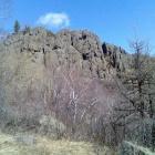 Огромные скалы рядом с водопадом.