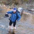 Павел переходит ледяной ручей вброд. 29.09.2012