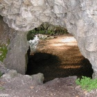 рядом с входом в пещеру