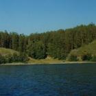 Вид с озера на берег